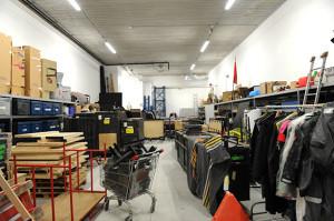 Dans les coulisses de la zone technique, dépôts de scène, son et lumière pour transfigurer les plateaux des deux salles.