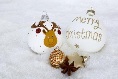 christmas-bauble-2956232_1920.jpg